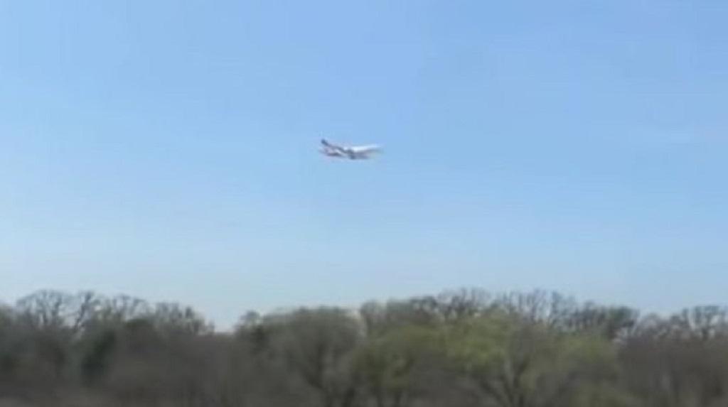 В воздухе завис самолет