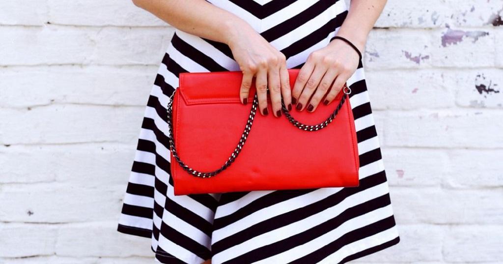 Женщина и ее сумочка
